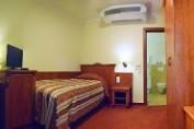 Tornácos egyágyas szoba